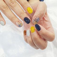 黄色蓝色格纹磨砂美甲图片