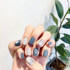 蓝色白色格纹磨砂美甲图片