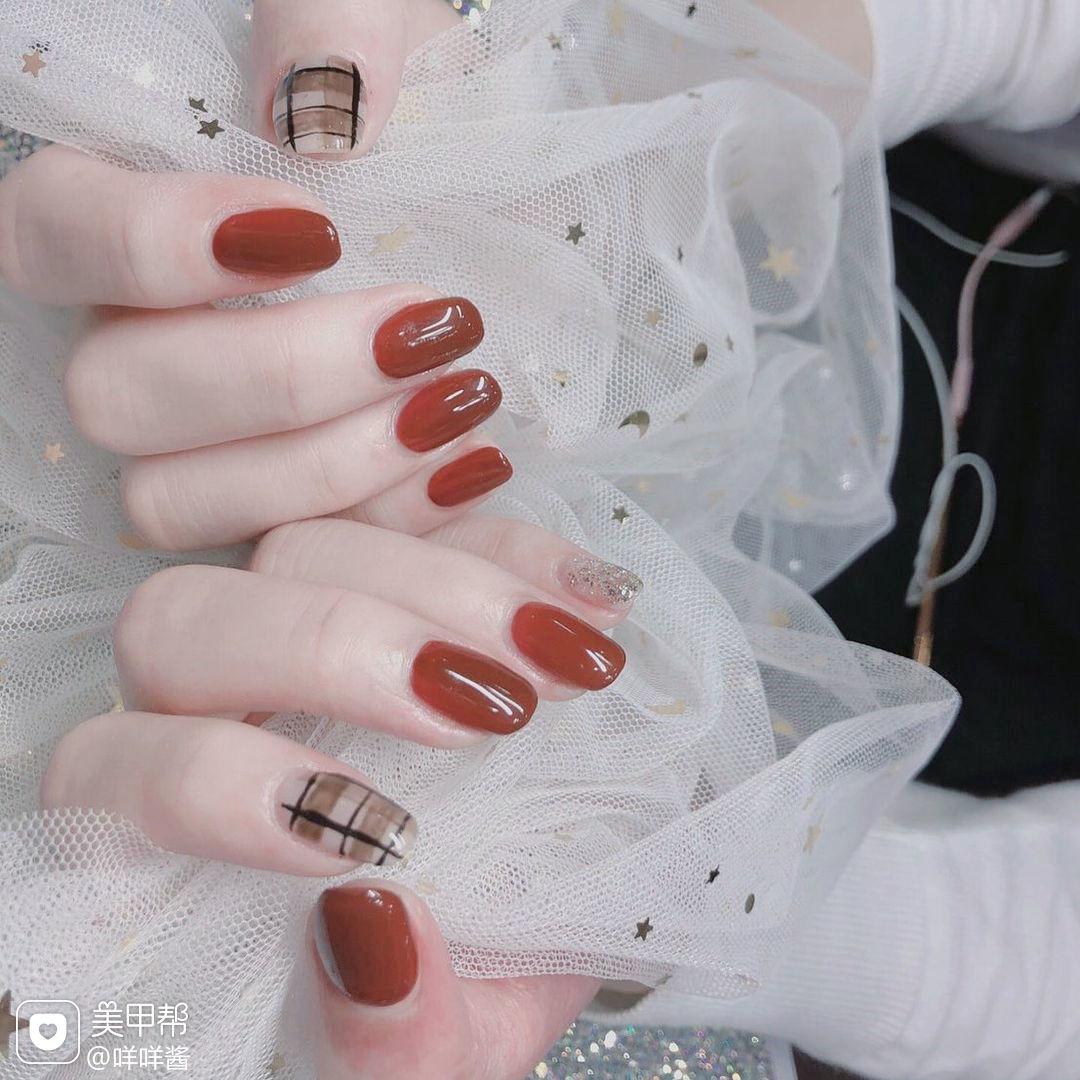 红色格纹焦糖色美甲图片