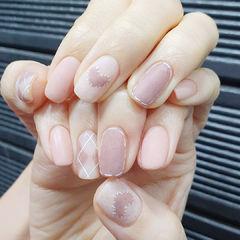 粉色格纹美甲图片