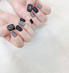 黑色灰色格纹美甲图片