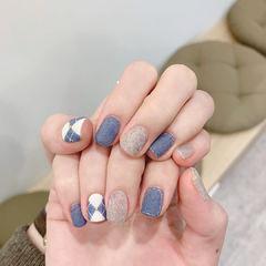 蓝色灰色磨砂格纹美甲图片
