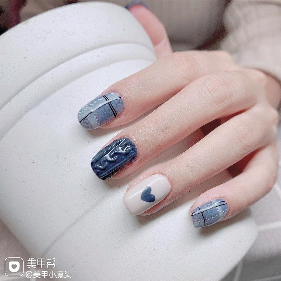 蓝色格纹美甲图片