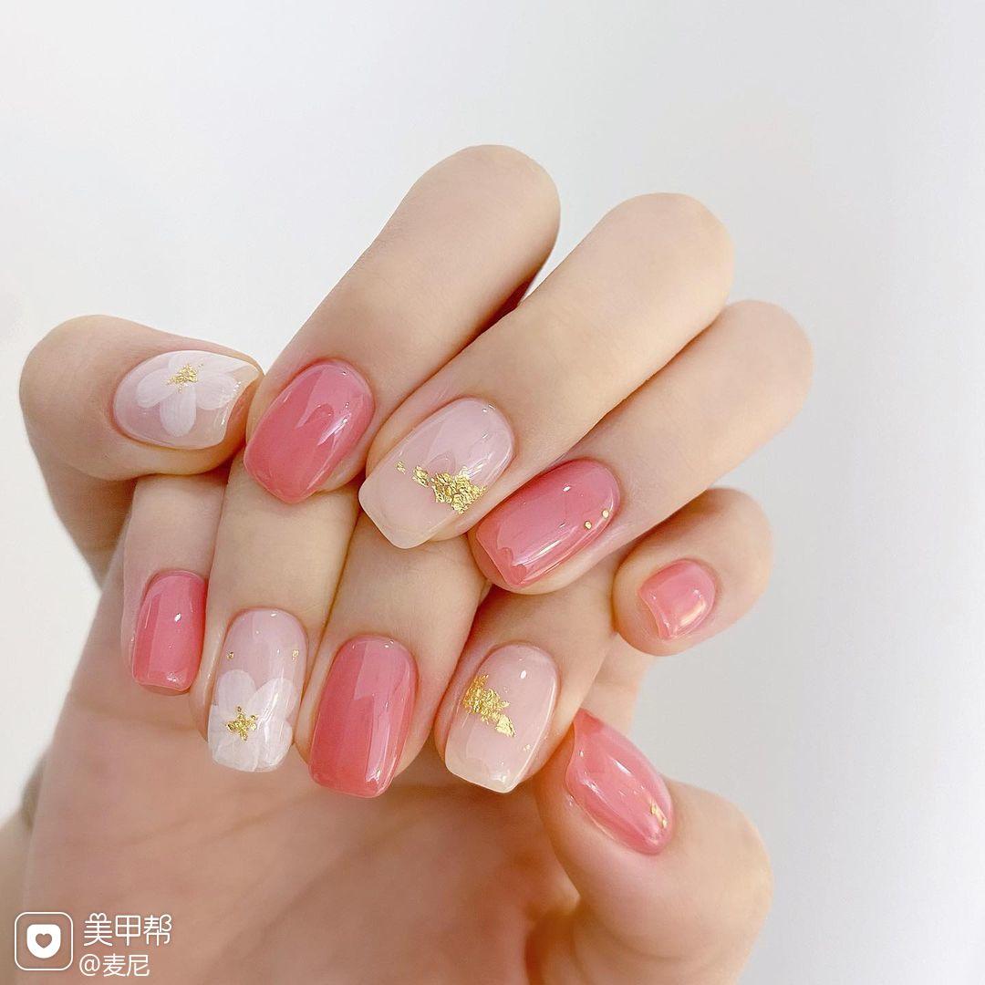粉色花朵手绘美甲图片