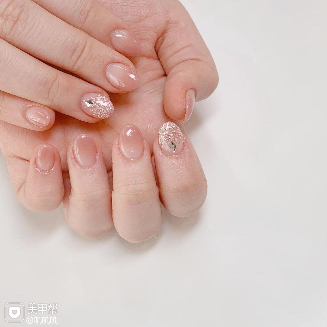 闪粉珠光粉色美甲图片