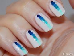 蓝色白色方圆形简约简单的波点渐变美甲图片