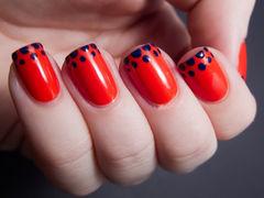 红色黑色方形法式纯正的红色,在指尖上画上波点,俏皮的一款美甲!美甲图片