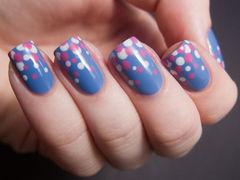 蓝色粉色方形可爱斯斯文文的一款蓝色美甲,一款类似反法式的美甲,画上白粉波点~美甲图片
