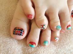 红色绿色脚可爱一款别开生面的脚趾美甲,圣诞红、苏格兰格子,雪花,这样的一款脚趾甲,搭配一条到脚腕的长裙~美甲图片