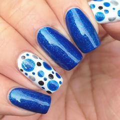 蓝色白色简约方形鎏金高贵宝蓝色,一见倾心的大气美,无名指上洁净的白色上面跳动着活跃的波点~美甲图片