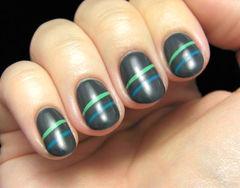 黑色绿色蓝色圆形简约墨绿色美甲,沉稳的美甲款式,用绿色和蓝色画上线条便是它最适合的搭配了~美甲图片