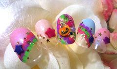 可爱圆形金色粉色绿色谁说万圣节就一定要恐怖?甜美系一样吃得开!糖果色彩的和谐碰撞,加上可爱南瓜头,营造出原宿系少女的活力元气。美甲图片