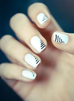 白色黑色方圆形简约白色的纯净,搭配上简洁不一的线条,配上黑色长裙小短靴,很赞哦~美甲图片
