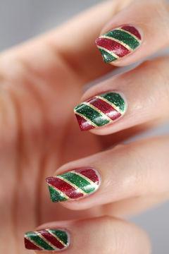绿色红色方圆形简约圣诞红和青草绿完美搭配的斜纹式美甲,给冬日带来一缕暖意~美甲图片