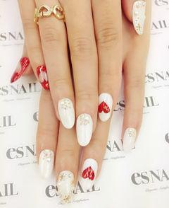白色圆形可爱日式象牙白搭配红色心 日系美甲美甲图片