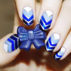 蓝色方圆形手绘渐变蓝色妖姬 渐变蓝色三角形甲 短短的指甲这样画看起来比较长哦美甲图片