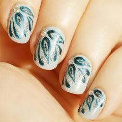 白色绿色圆形手绘指尖上的水滴~晶莹闪亮~碧绿色指甲 短指甲美甲图片
