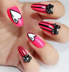 粉色尖形日式可爱渐变雕花光疗指尖红心~卡通风格的长指甲,枚红色底 搭配黑色蝴蝶结美甲图片