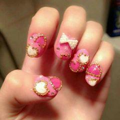 粉色圆形可爱日式爱心雕花美甲图片