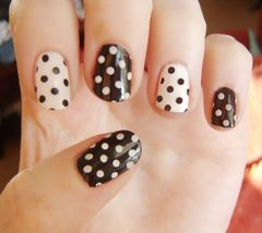 简约可爱白色圆形短指甲 黑白波点控美甲图片