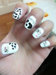 白色可爱卡通奶牛,短款指甲,乖乖的可爱美甲图片