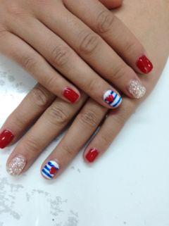 简约银色红色白色蓝色手绘短指甲的美丽美甲图片