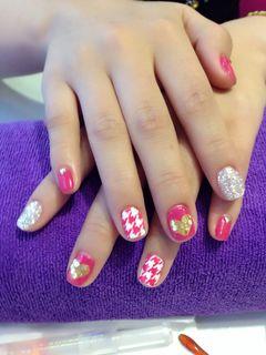 圆形粉色红色手绘红白格子,金桃心!美甲图片