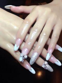白色银色尖形法式新娘心型边撞一个简单的闪粉美甲图片