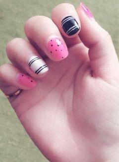 圆形黑色白色粉色手绘可爱简约有没有波点控和格纹控呢+来炫甲美阁更显你的美。美甲图片