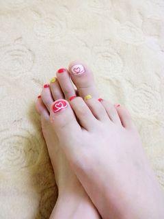 可爱手绘脚红色白色爱心清爽款美甲图片
