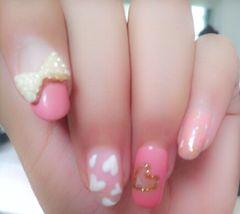 可爱圆形日式白色粉色偶的小杰作,粉粉的可爱桃心让初夏更加浪漫噢…美甲图片