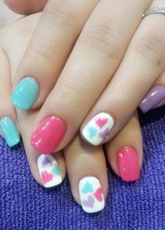 简约可爱粉色紫色白色简约手绘桃心款美甲图片