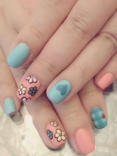 蓝色粉色简约可爱方圆形质感磨砂小花美甲图片