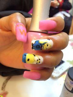 方形蓝色粉色手绘可爱粉红磨砂小黄人美甲图片