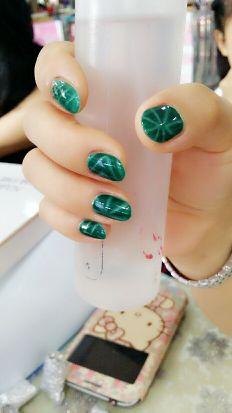 简约创意绿色圆形猫眼美甲图片
