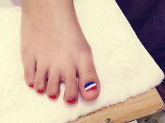 圆形美足脚红蓝白可乐角美甲图片