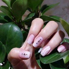方圆形简约白粉色陶瓷感的水波纹美甲图片
