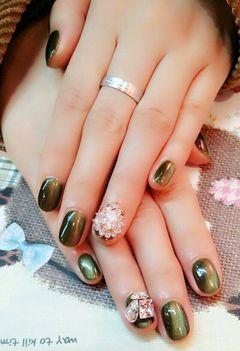 光疗绿色圆形猫眼胶配大钻,奢华的象征!美甲图片