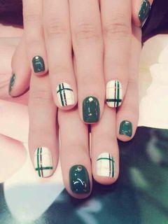 方形白色绿色手绘光疗格纹,格子控美甲图片