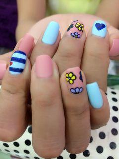 方圆形手绘可爱粉蓝黑磨砂彩色小花,好有爱!美甲图片