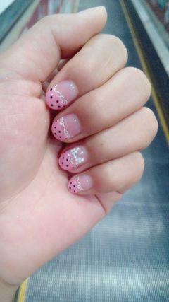 圆形粉色黑色可爱可爱波点美甲图片