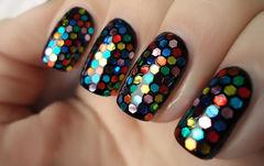 黑色可爱方圆形简约黑色mix色彩波点甲,很有质感美甲图片