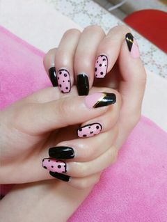 方形粉色黑色可爱可爱波点!!!美甲图片