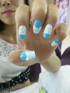 可爱法式白色蓝色方形法式,波点,手绘蝴蝶结美甲图片