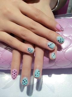 绿色粉色黑色简约可爱日式创意指尖上波点的跳动美甲图片