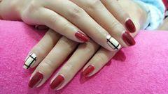 方形红色简约巴宝莉格纹美甲图片