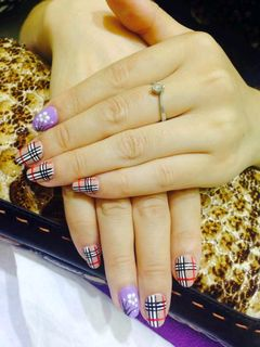 手绘紫色圆形BURBerry~格纹美甲图片
