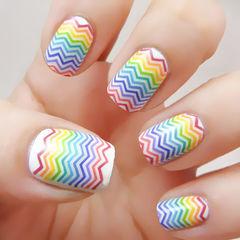 白色方圆形简约彩虹色线条美甲图片