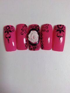 方圆形粉色黑色白色手绘雕花雕花黑色线条美甲图片