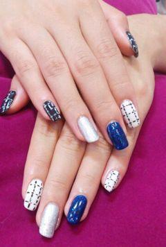 方圆形蓝色白色日式小香格纹美甲图片
